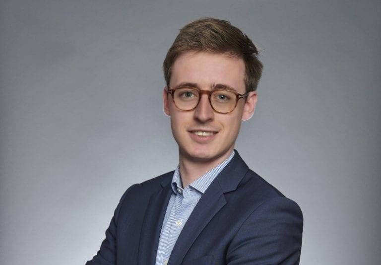 Une image contenant personne, homme, complet, cravate  Description générée automatiquement